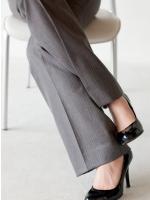 女性の組んだ足