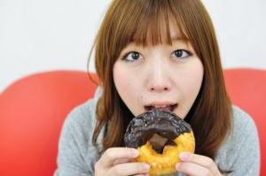ドーナツを食べようとしている20代女性