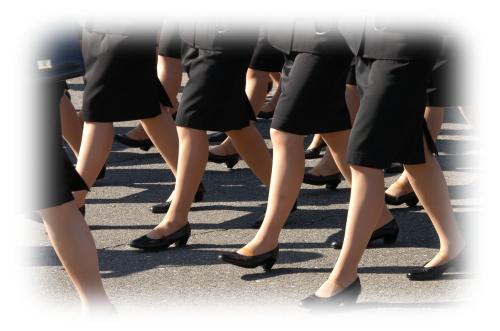 集団で歩く女性たちの足