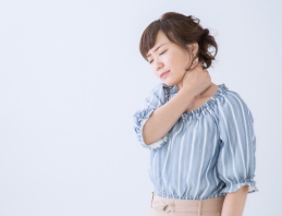 むち打ち症で悩む女性