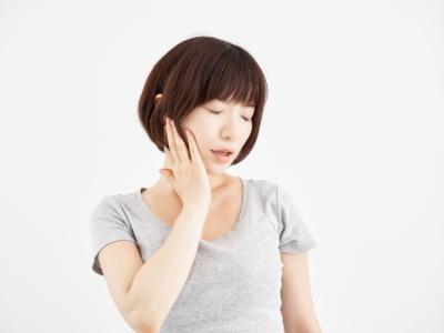 あごに痛みのある女性
