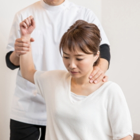 肩に痛みがある女性