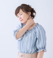 痛みがある首を押さえる女性