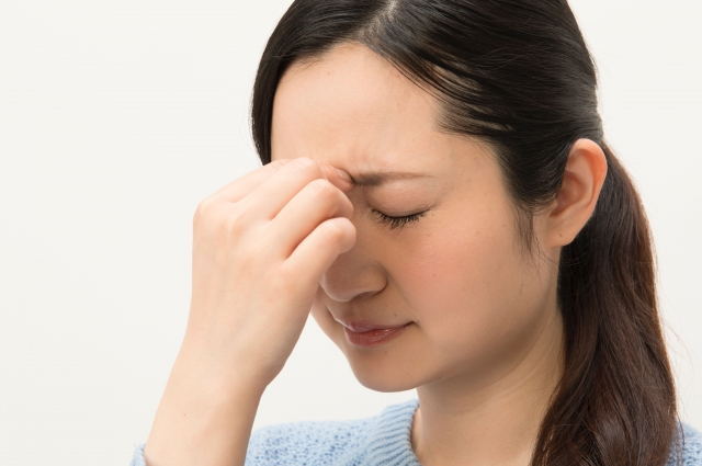 眼精疲労の女性