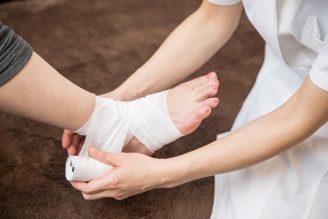 足首に包帯を巻く