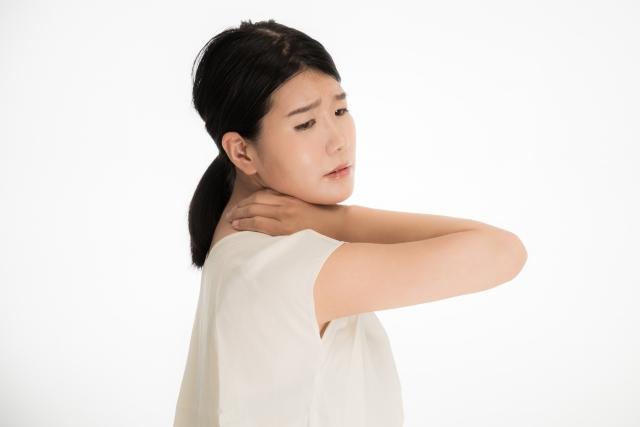 首に痛みがある女性